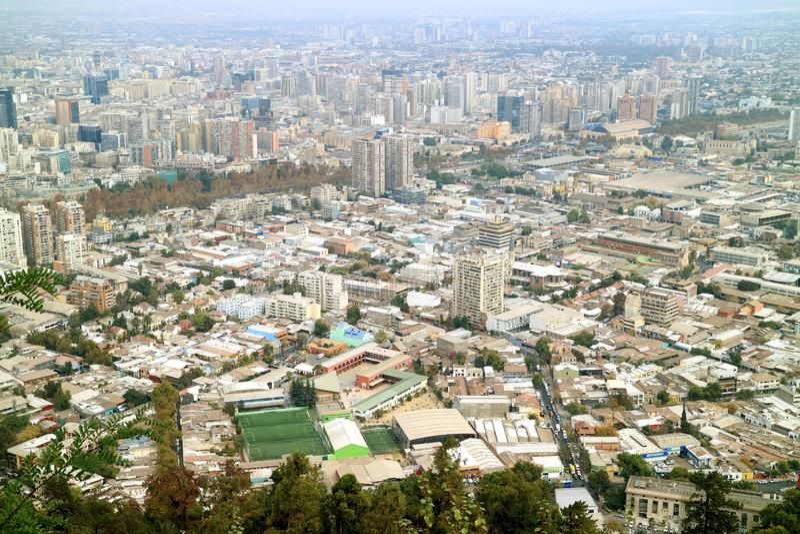 Vue aérienne spectaculaire de Santiago Seen de San Cristobal Hilltop, Santiago, Chili photos libres de droits