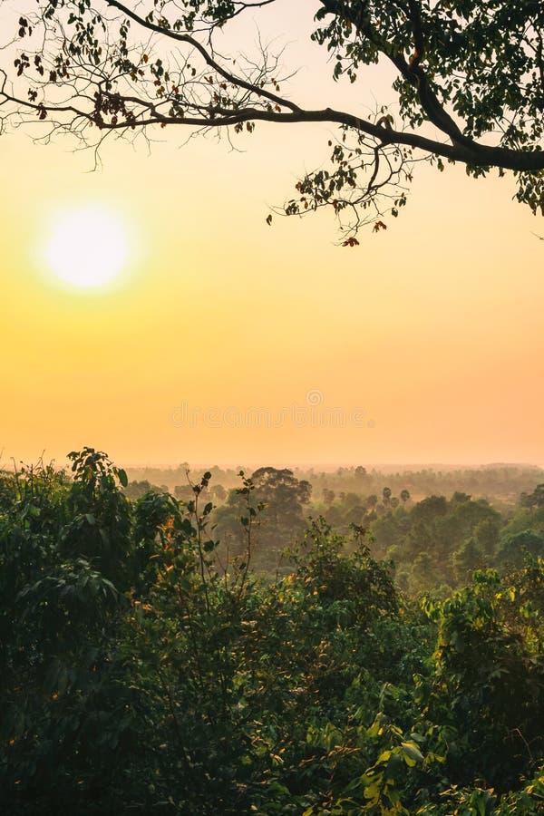 Vue aérienne supérieure de temple d'Angkor Vat au Cambodge sur le coucher du soleil photos libres de droits