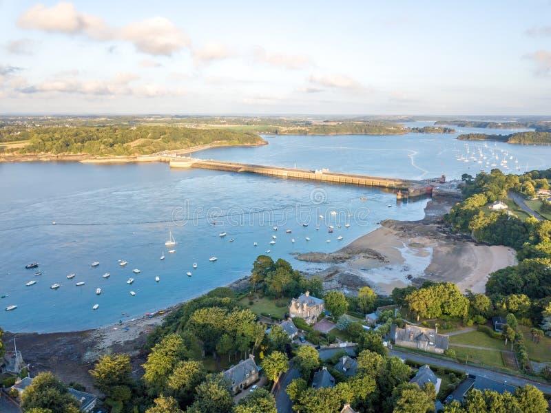 Vue aérienne sur Barrage de la Rance en Bretagne près de Saint Malo, énergie marémotrice au coucher du soleil photo stock