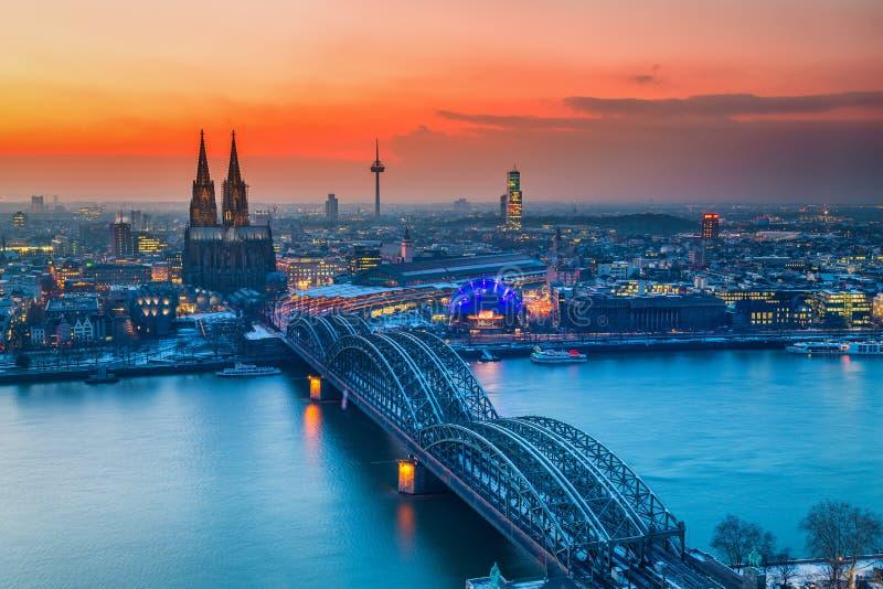 Vue aérienne sur Cologne la nuit photos stock