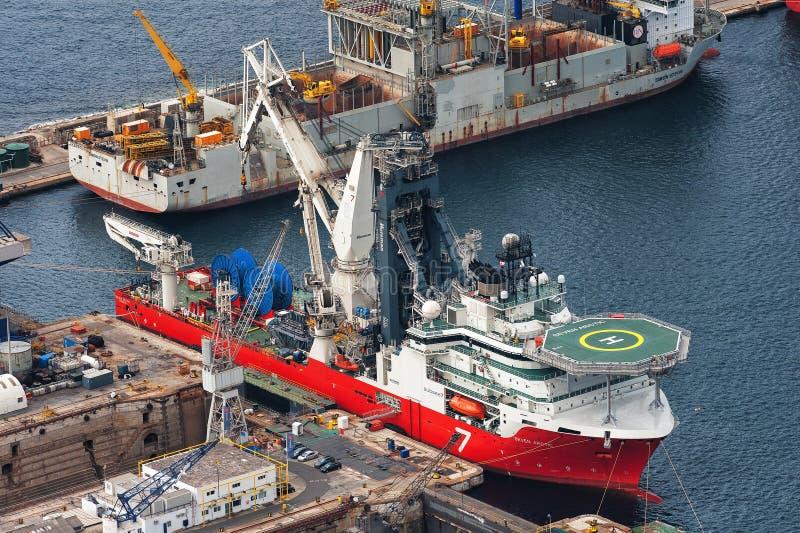 Vue aérienne sur des cargos, faisant l'entretien au dock industriel image stock