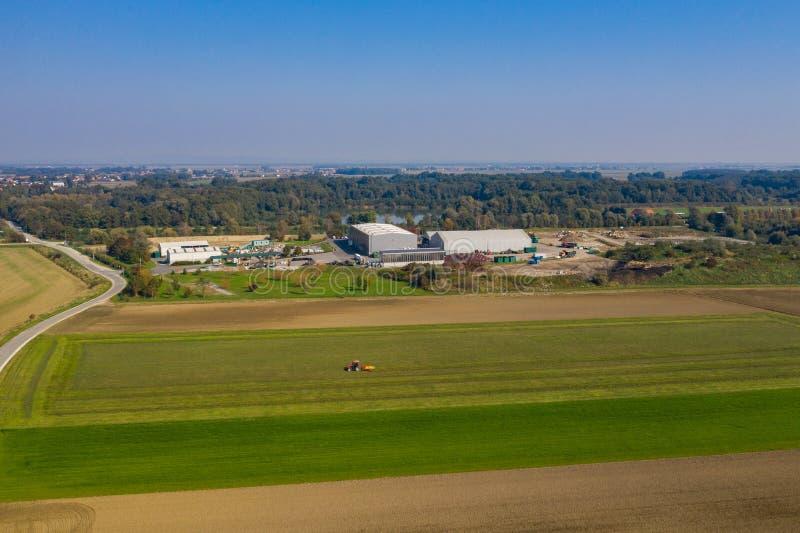 Vue aérienne sur des déchets et centre de réutilisation dans le paysage rural image stock