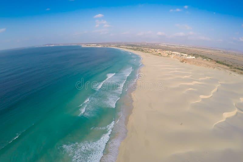 Vue aérienne sur des dunes de sable en plage Praia de Chaves de Chaves en BO photographie stock