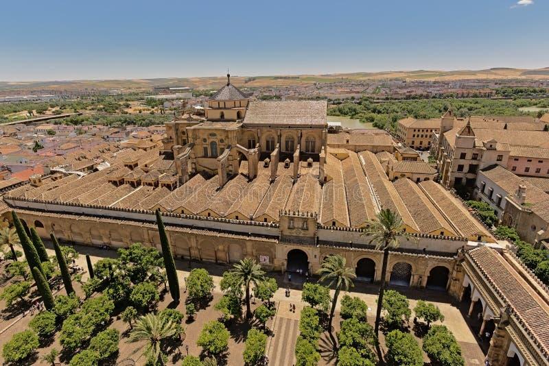 Vue aérienne sur la cathédrale et le patio de los naranjos de mosquée à Cordoue photographie stock