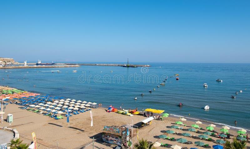 Vue aérienne sur la plage sablonneuse à la ville de Rethymnon images stock