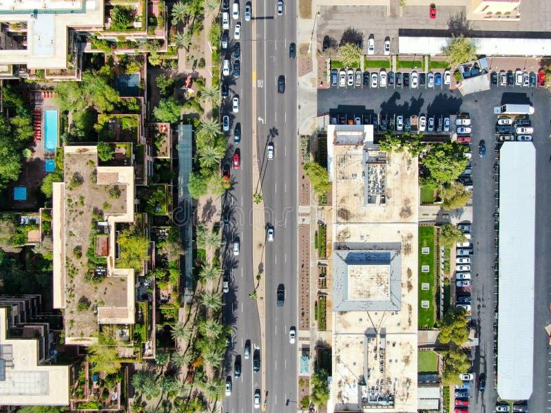 Vue aérienne sur la route et les immeubles de la ville du désert de Scottsdale en Arizona, à l'est de la capitale de l'état Phoen image stock