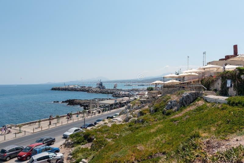 Vue aérienne sur la route le long du littoral de la mer Méditerranée photographie stock libre de droits