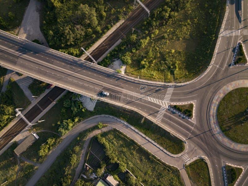 Vue aérienne sur le carrefour routier le matin d'été avec la voiture images libres de droits