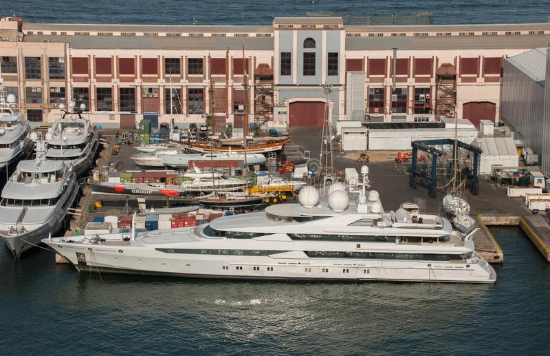 Vue aérienne sur le grand yacht superbe de luxe dans le port de ville de Barcelone photos stock
