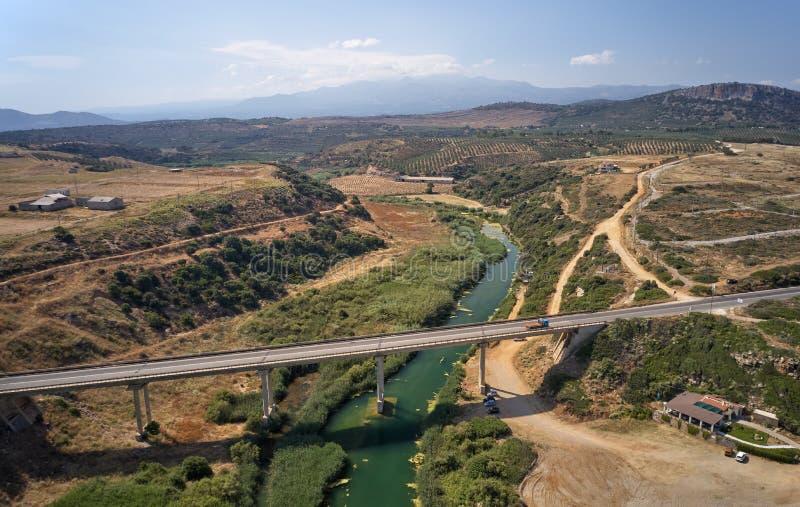 Vue aérienne sur le pont en route au-dessus de la rivière près de la plage de Geropotamos sur Crète, Grèce photos libres de droits
