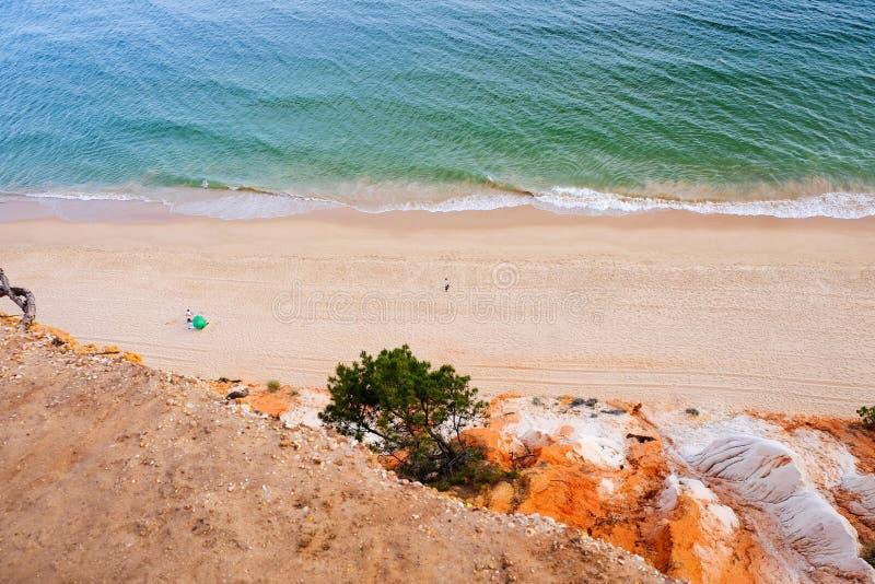 Vue aérienne sur le Praia DA Falesia Barranco DAS Belharucas de plage Région Faro, Algarve, Portugal image libre de droits