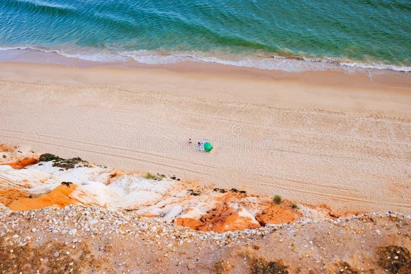 Vue aérienne sur le Praia DA Falesia Barranco DAS Belharucas de plage Région Faro, Algarve, Portugal images stock