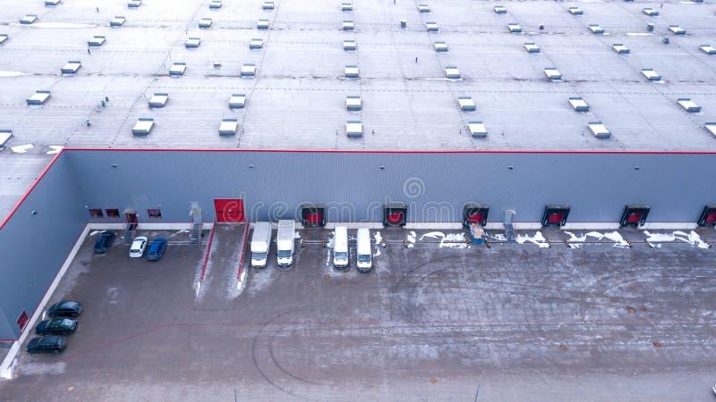 Vue aérienne sur les quais de chargement au centre serveur de distribution aérien photos stock
