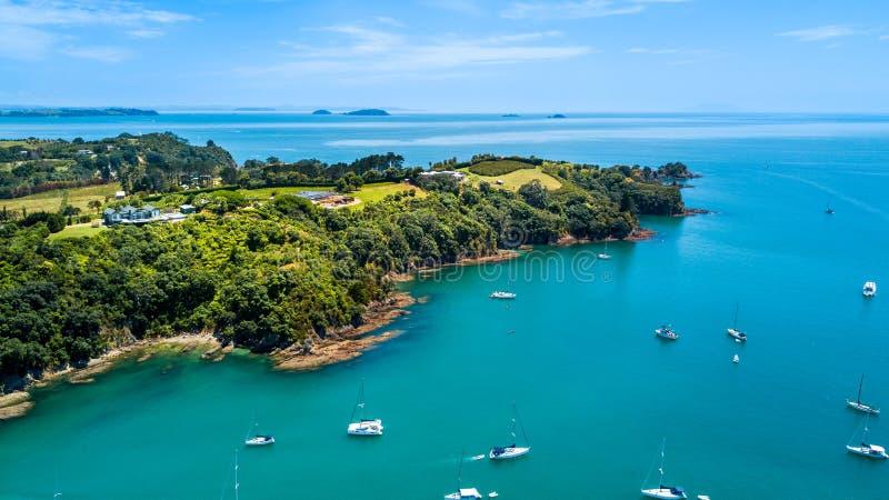 Vue aérienne sur une péninsule rocheuse environnante de beau port avec les maisons résidentielles Île de Waiheke, Auckland, Nouve photos libres de droits