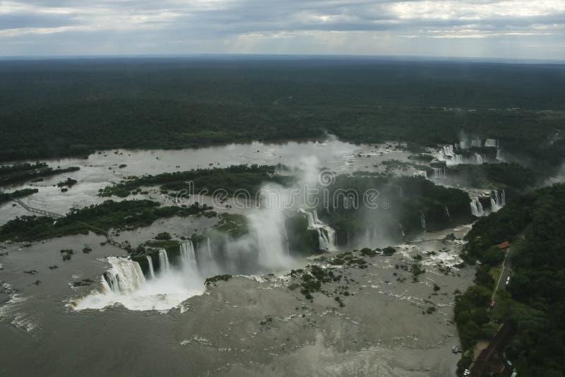 Vue aérienne un jour nuageux au-dessus des chutes d'Iguaçu photographie stock