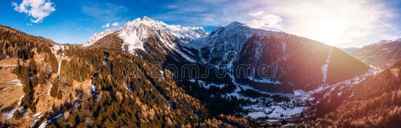 Vue aérienne Village de montagne avec ascenseur en Italie Alpes images libres de droits