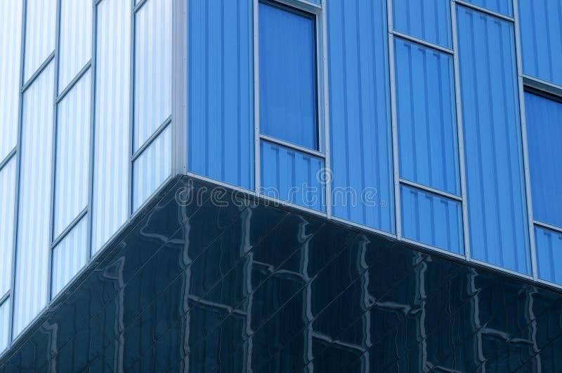 Vue abstraite au fond de bleu en acier de la façade en verre photographie stock libre de droits