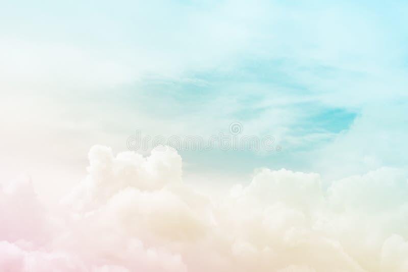 Vue abstraite sur nuages pelucheux mous dans le ciel fantastique images stock