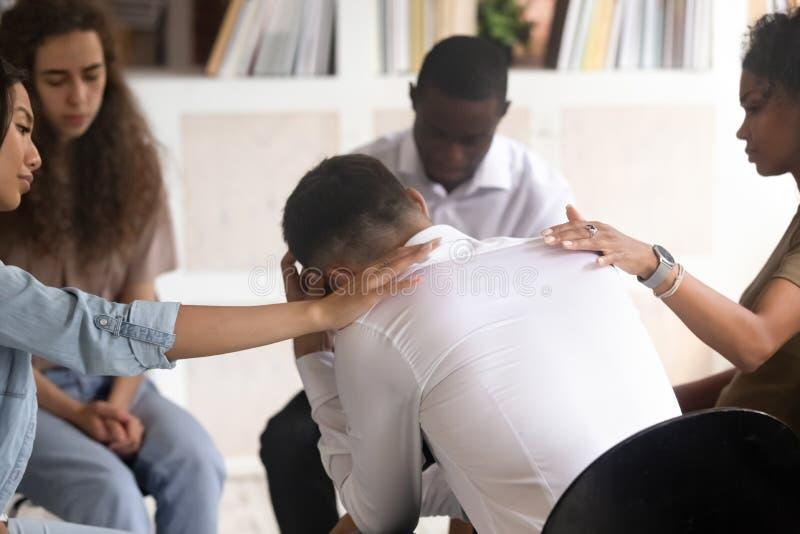 Vue arrière à l'homme obtenant l'appui psychologique pendant la session de thérapie images stock