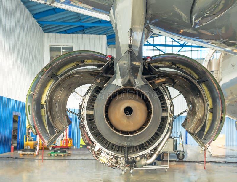 Vue arrière, bec Avions de moteur avec les ailerons ouverts de capot sur l'entretien dans un hangar photos libres de droits