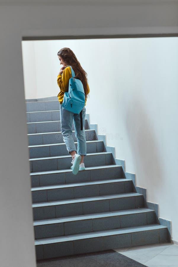 vue arrière d'écolière avec le sac à dos photographie stock libre de droits