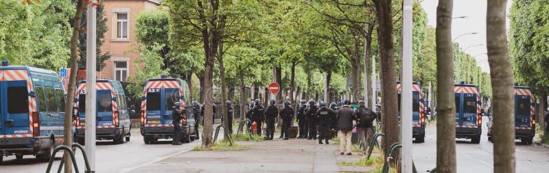 Vue arrière d'escadron de police fixant les établissements européens à Strasbourg images libres de droits