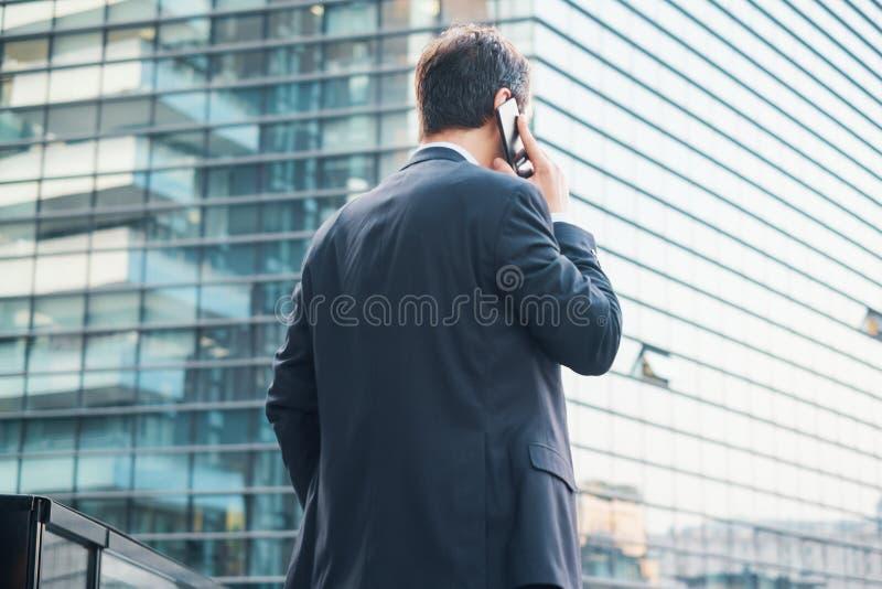 Vue arrière d'homme d'affaires moderne dans la ville images stock