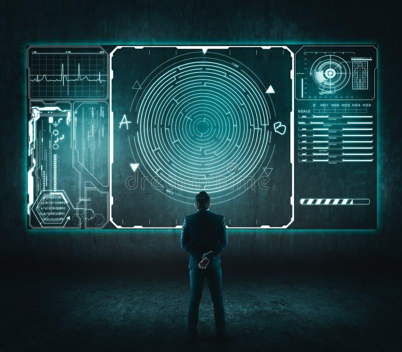 Vue arrière d'homme d'affaires regardant un labyrinthe image stock
