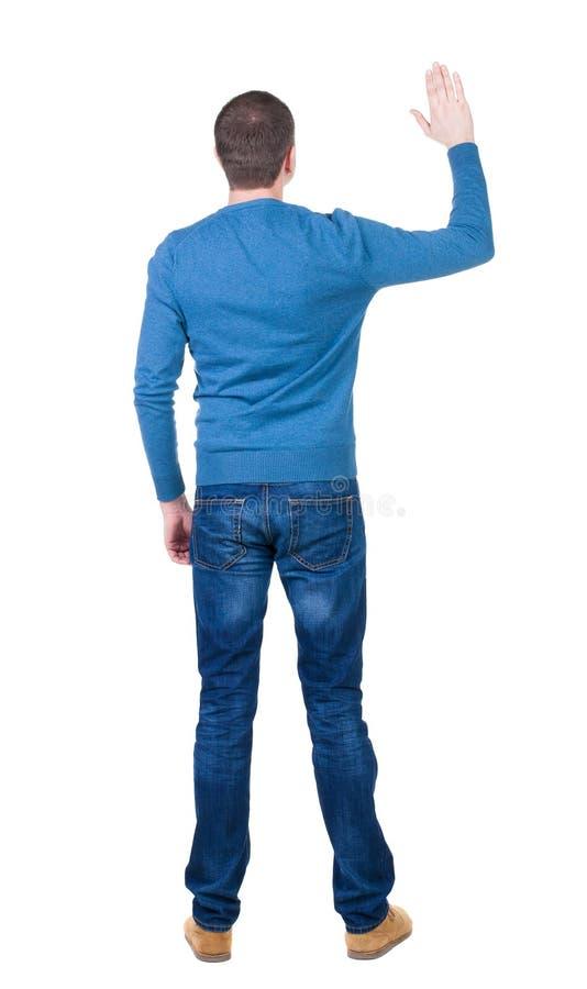 Vue arrière d'homme bel dans le pull bleu recherchant photo libre de droits