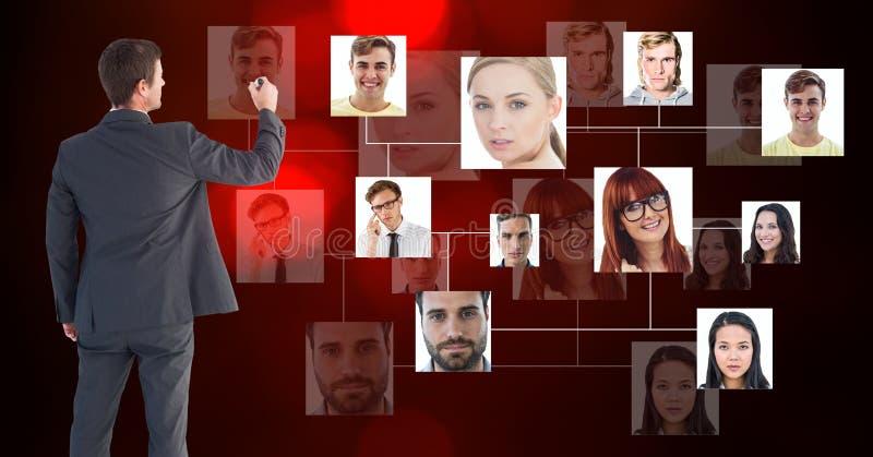Vue arrière d'homme d'affaires utilisant l'écran futuriste avec des portraits de vol images stock