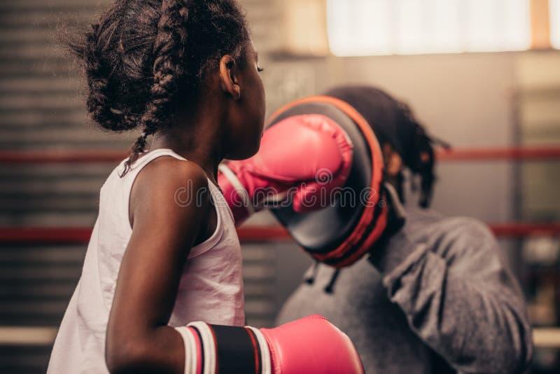 Vue arrière d'un enfant de boxe pratiquant ses poinçons images stock