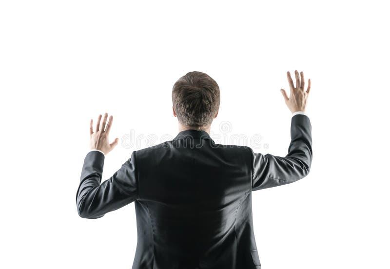 Vue arrière d'un homme d'affaires avec des mains dans le ciel image stock