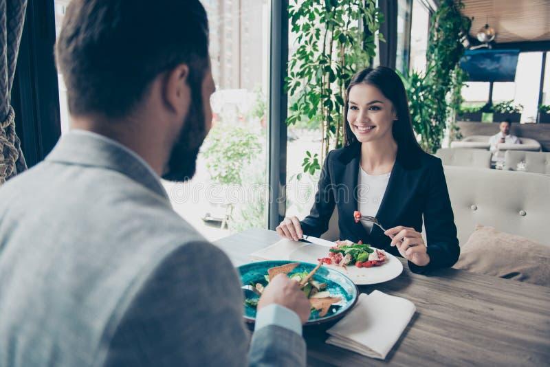 Vue arrière d'un homme barbu châtain prenant le déjeuner romantique avec le chr image libre de droits