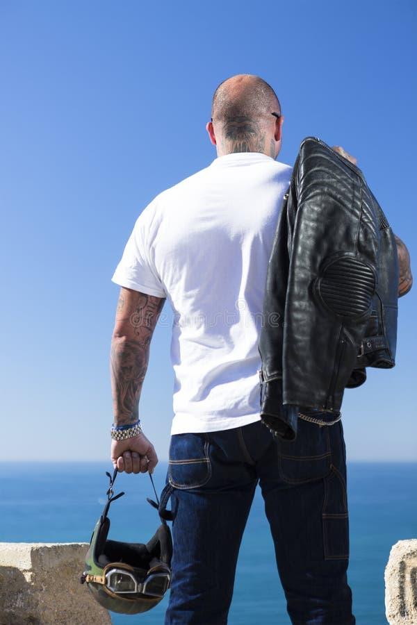 Vue arrière d'un motocycliste de couperet images libres de droits