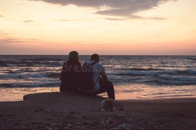 Vue arrière d'un soleil de observation de silhouette de couples images stock