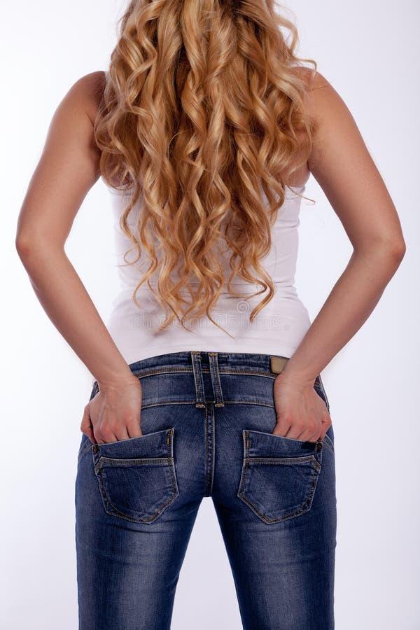 Vue arrière d'une femme dans des blues-jean photo stock