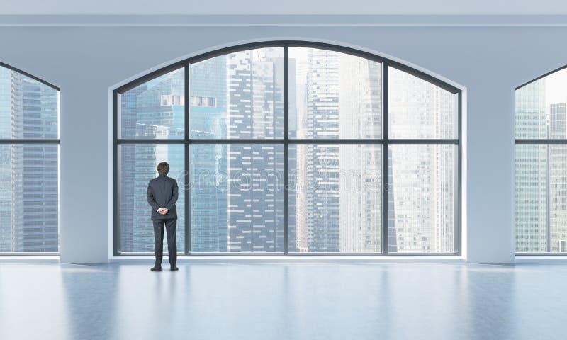 Vue arrière d'une personne dans le costume formel qui regarde la fenêtre dans un intérieur propre moderne avec les fenêtres panor illustration stock