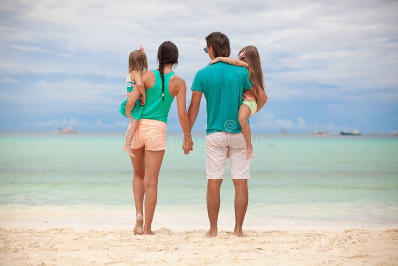 Vue arrière de belle famille avec deux filles photographie stock libre de droits