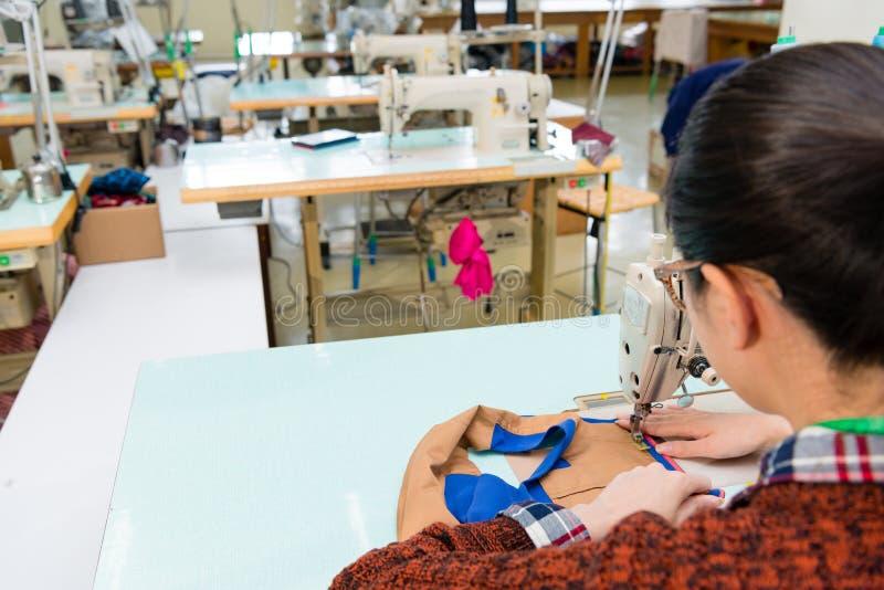 Vue arrière de concepteur féminin professionnel d'habillement images libres de droits