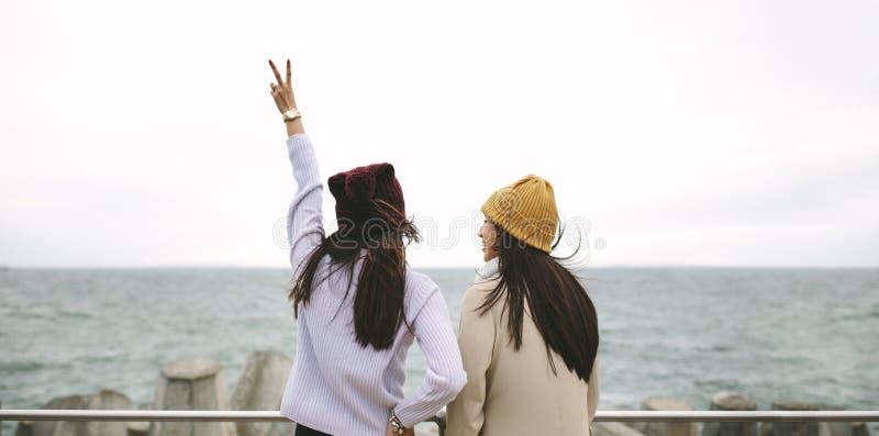 Vue arrière de deux femmes se tenant ensemble dehors photos libres de droits