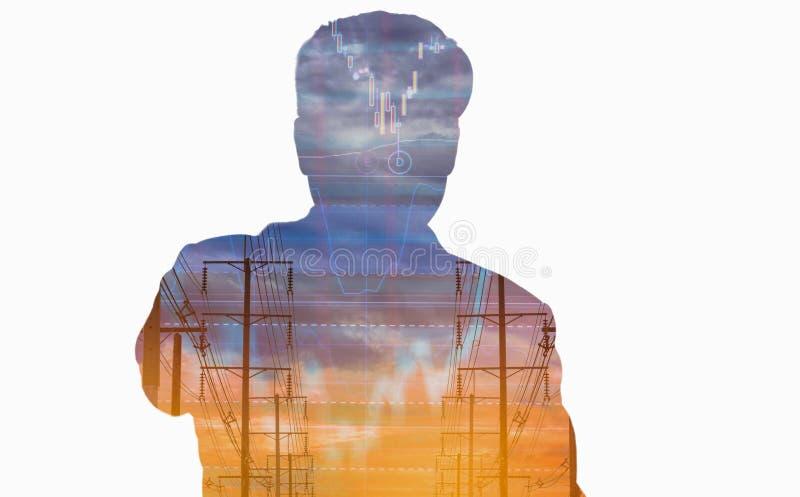 Vue arrière de double exposition d'homme d'affaires, de poteau électrique, et de fond de graphique d'actions de ciel, concept abs photographie stock libre de droits