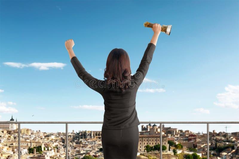 Vue arrière de femme d'affaires asiatique célébrant le succès avec le trophée photo stock