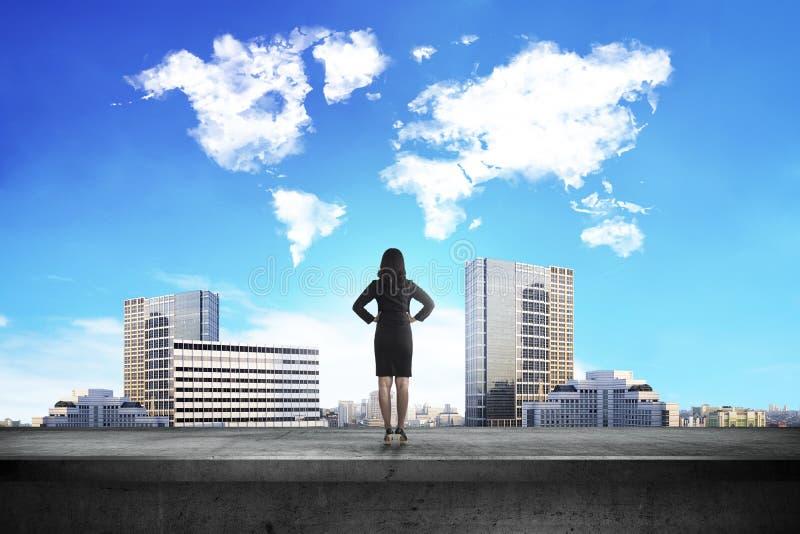 Vue arrière de femme d'affaires regardant le nuage de forme du monde photos libres de droits
