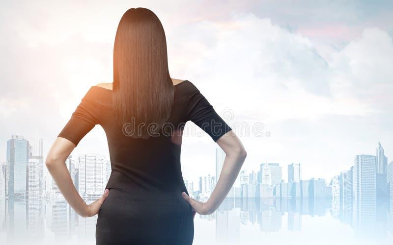 Vue arrière de femme dans une ville bleue photo stock