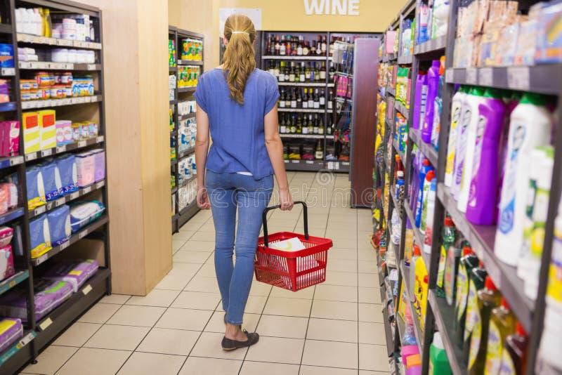 Download Vue Arrière De Femme Faisant Des Achats Image stock - Image du boisson, loisirs: 56488837