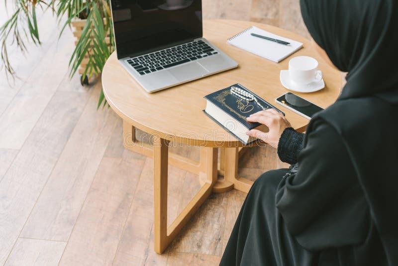 vue arrière de femme musulmane moderne photos stock