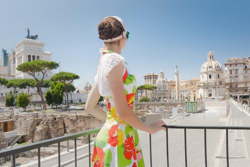Vue arrière de fille de touristes pensant à l'avenir sur le site historique photographie stock
