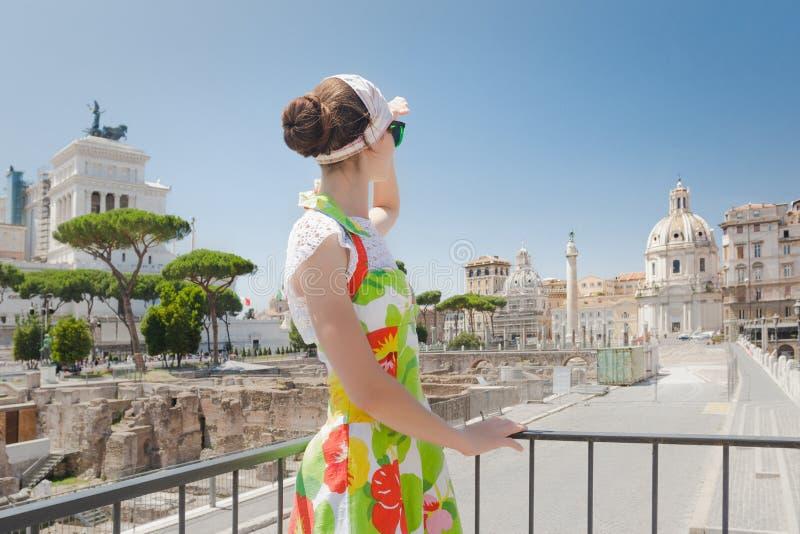 Vue arrière de fille de touristes pensant à l'avenir sur les ruines romaines photo libre de droits