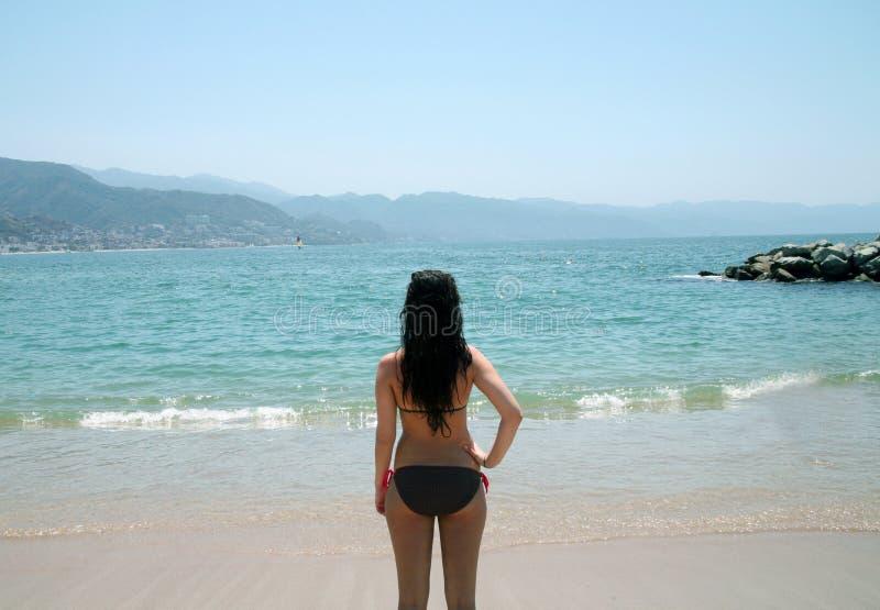 Vue arrière de fille sur la plage images libres de droits