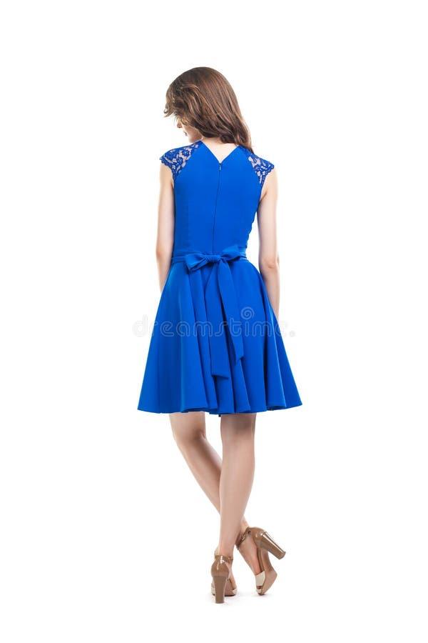 Vue arrière de jeune belle femme dans la robe bleue photo stock